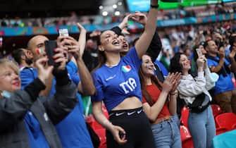 Tifose e tifosi italiani allo stadio di Wembley durante la semifinale con la Spagna