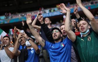 Tifosi dell'Italia incitano la squadra di Mancini a Wembley durante Euro 2020