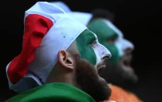 Tifosi italiani col volto colorato di tricolore a Wembley durante Euro 2020
