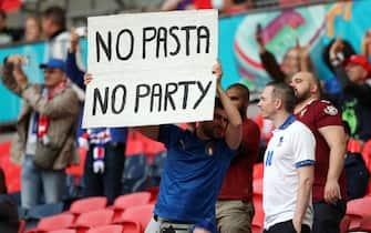 "Tifoso italiano mostra uno striscione con la scritta ""No pasta, no party"" a Wembley durante una partita di Euro 2020"