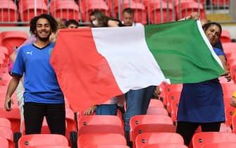 Due tifosi italiani con la bandiera tricolore a Wembley durante una partita di Euro 2020