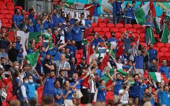 Tifosi italiani esultano a Wembley durante una partita di Euro 2020