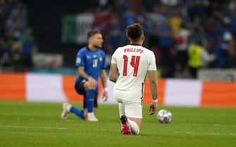 I giocatori di Italia e Inghilterra si inginocchiano prima della partita per il Black LIves Matter
