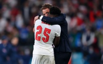 Gareth Southgate e Bukayo Saka si abbracciano al termine di Italia-Inghilterra, di Euro 2020