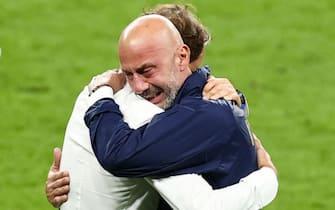 Roberto Mancini e Gianluca Vialli si abbracciano al termine di Italia-Inghilterra, di Euro 2020