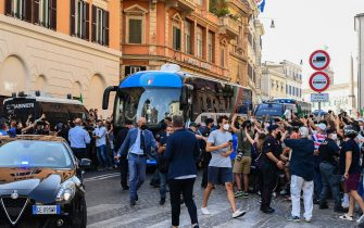 Fans gather along avenues as a bus transporting Italy's national football team drives through Rome after leaving the Quirinale presidential palace in Rome on July 12, 2021, following a ceremony a day after Italy won the UEFA EURO 2020 final football match between Italy and England. (Photo by Vincenzo PINTO / AFP) (Photo by VINCENZO PINTO/AFP via Getty Images)