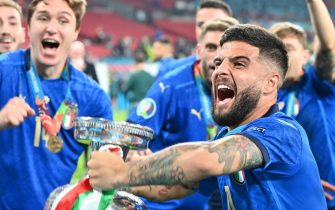 epa09339029 Lorenzo Insigne of Italy celebrates with the trophy after winning the UEFA EURO 2020 final between Italy and England in London, Britain, 11 July 2021.  EPA/Paul Ellis / POOL (RESTRICTIONS: For editorial news reporting purposes only. Images must appear as still images and must not emulate match action video footage. Photographs published in online publications shall have an interval of at least 20 seconds between the posting.)