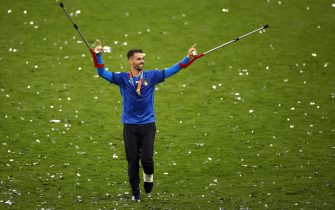epa09339067 Italian player Leonardo Spinazzola who was injured earlier in the tournament celebrates after Italy won the UEFA EURO 2020 final between Italy and England in London, Britain, 11 July 2021.  EPA/John Sibley / POOL (RESTRICTIONS: For editorial news reporting purposes only. Images must appear as still images and must not emulate match action video footage. Photographs published in online publications shall have an interval of at least 20 seconds between the posting.)