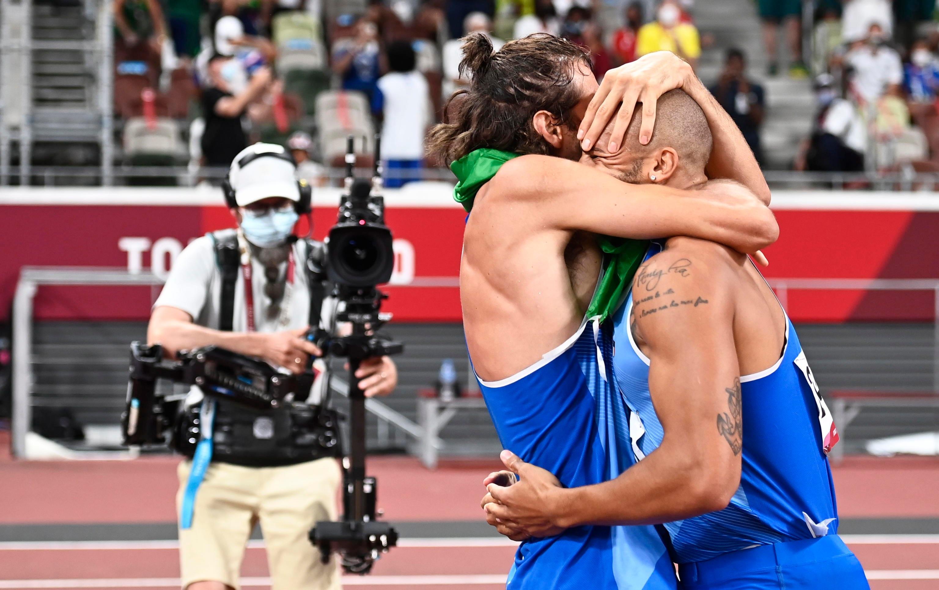 L'abbraccio fra Jacobs e Tamberi dopo le loro gare a Tokyo 2020