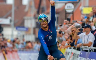 epaselect epa09476561 Italy's Filippo Ganna celebrates while crossing the finish line to win the men's Elite Individual Time Trial over 43.3km at the 2021 Road Cycling World Championships in Bruges, Belgium, 19 September 2021.  EPA/STEPHANIE LECOCQ