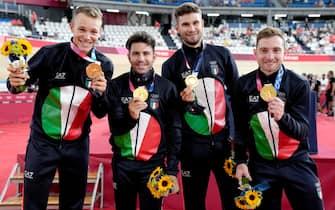 La squadra italiana di ciclismo su pista, inseguimento a squadre, con l'oro vinto a Tokyo
