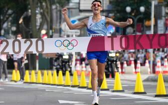 Massimo Stano taglia il traguardo per primo nella 20 km di marcia alle Olimpiadi di Tokyo