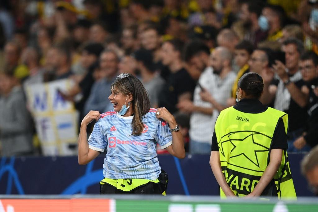 La steward con la maglietta di Ronaldo