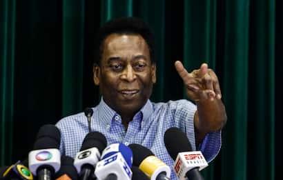 Pelé, migliorano le condizioni: pedala sulla cyclette in ospedale