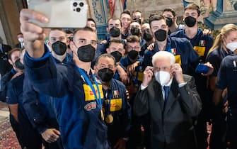 Selfie degli azzurri con Sergio Mattarella