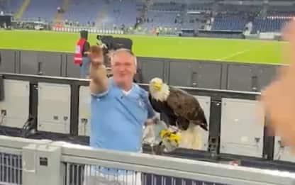 Lazio, il falconiere fa il saluto romano allo stadio Olimpico: sospeso