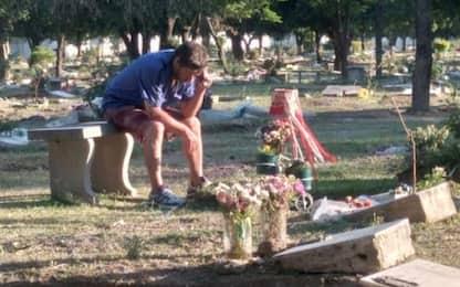 Argentina, ascolta le partite di calcio sulla tomba del figlio morto