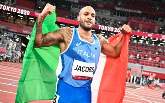 epa09385534 Lamont Marcell Jacobs of Italy celebrates after winning the Men's 100m final at the Athletics events of the Tokyo 2020 Olympic Games at the Olympic Stadium in Tokyo, Japan, 01 August 2021.  EPA/CHRISTIAN BRUNA