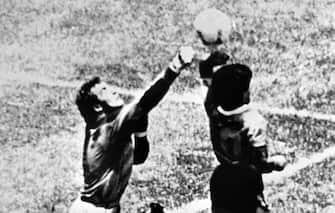 ©LaPresse archivio storico Città del Messico 22-06-1986 sport calcio Mondiali Messico '86 Inghilterra - Argentina nella foto: il gol segnato di mano da Diego Armando Maradona (la Mano de Dios) N 940321