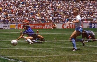 Retrospettiva Diego Armando Maradona - In foto lo storico secondo gol contro l'inghilterra ai mondiali del 1986, una delle più grandi prodezze della storia del calcio