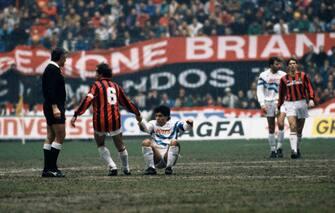 © Ravezzani/LaPresse Archivio Storico Milano anni '80 sport calcio Milan - Napolinella foto: il giocatore del Milan franco Baresi aiuta Maradona a rialzarsi dopo un fallo