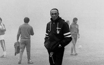 ©lapressearchivio storicosportcalcioArgentina estate 1978Mondiali calcio 1978nella foto: il tecnico della nazionale italiana Enzo Bearzot nella nebbiaBUSTA 3153