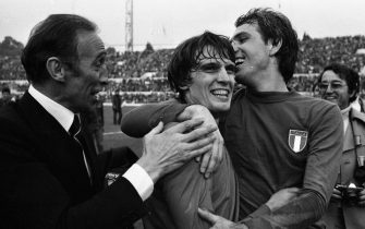 Enzo Bearzot, Marco Tardelli e Roberto Bettega festeggiano la vittoria al termine dell'incontro Italia - Inghilterra del 17 novembre 1976 a Roma. ANSA