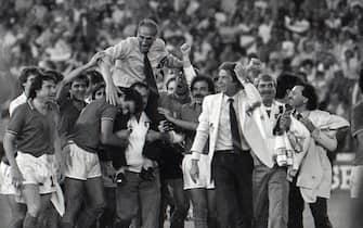 Enzo Bearzot portato in trionfo dagli azzurri dopo la vittoria nei Mondiali del 1982 in Spagna.              ANSA