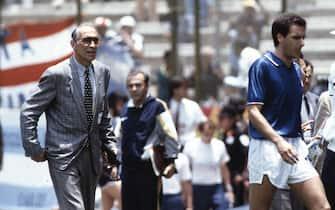 Il commissario tecnico della nazionale italiana Enzo Bearzot (S) ed il capitano Gaetano Scirea entrano in campo per la partita contro l'Argentina, per il primo turno dei Mondiali a Puebla il 05 giugno 1986.  ANSA
