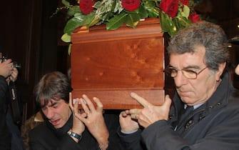 Bruno Conti (S) e Dino Zof portano il feretro  del commissario tecnico Enzo Bearzot fuori dalla chiesa dai giocatori della nazionale italianavittoriosa nel Mundial del 1982, oggi 23 dicembre 2010. MATTEO BAZZI / ANSA