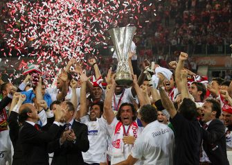 Eindhoven, NETHERLANDS:  Sevilla players jubilates with their trophy after winning the UEFA cup final football match Middlesbrough vs. FC Sevilla, 10 May 2006 at the PSV stadium in Eindhoven. Sevilla won 4-0.   AFP PHOTO CARL DE SOUZA  (Photo credit should read CARL DE SOUZA/AFP via Getty Images)