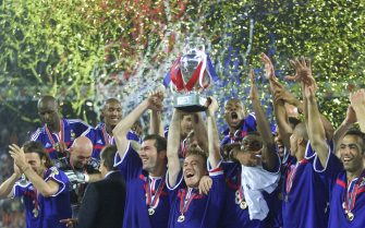 French captain Didier Deschamps lifts the trophy as the team celebrates the victory in the final France vs Italy of the Euro 2000 soccer championhips in Rotterdam, Sunday, 02 July, 2000.    ANSA   /MICHELE LIMINA   (ELECTRONIC IMAGE)