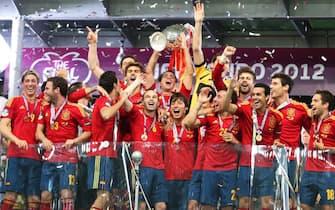Spain's Xavi Hernandez (C) lifts the trophy as his teammates celebrate after the final of the UEFA EURO 2012 between Spain and Italy in Kiev, Ukraine, 01 July 2012.  ANSA/SRDJAN SUKI
