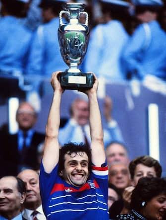 MichaelPlatini Francia alza la coppa di campioni d'Europa 1984