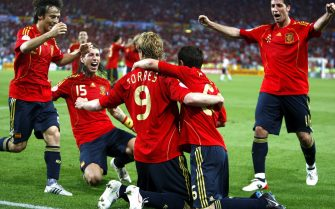 Fernando Torres (C) of Spain is celebrated by his team-mates after scoring the 1-0 lead against Germany during the UEFA EURO 2008 final between Germany and Spain at the Ernst Happel stadium in Vienna, Austria, 29 June 2008.  ANSA/ROLAND SCHLAGER