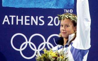 Federica Pellegrini, allenata da Massimiliano Di Mito, festeggia sul podio la conquista della medaglia d'argento nei 200 stile libero ad Atene, in una foto del 17 agosto 2004.   ANSA / ELIO CASTORIA
