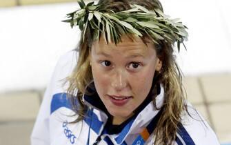 La nuotatrice Federica Pellegrini festeggia sul podio la conquista della medaglia d'argento nei 200 stile libero ad Atene, in una immagine del 17 agosto 2004. ANSA/ELIO CASTORIA