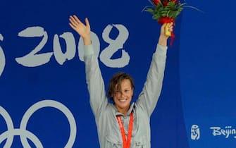 Federica Pellegrini festeggia la medaglia d'oro nei 200 m stile libero a Pechino, 13 agosto 2008. ANSA /  CIRO FUSCO