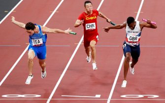 epa09401372 Filippo Tortu (L) of Italy beats Nethaneel Mitchell-Blake (R) of Great Britain to win gold for Italy in the Men's 4x100m Relay final of the Athletics events of the Tokyo 2020 Olympic Games at the Olympic Stadium in Tokyo, Japan, 06 August 2021.  EPA/JEON HEON-KYUN