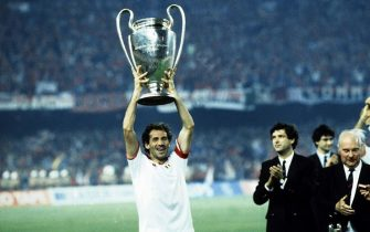 BARCELONA, SPAIN - MAY 24: Franco Baresi of AC Milan lifts the trophy after winnigns during the European Cup Final match between Steaua Bucarest and AC Milan at Camp Nou on May 24, 1989 in Barcelona, Spain.  (Photo by Alessandro Sabattini/Getty Images)