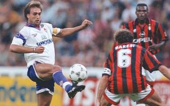 L'attaccante della Fiorentina, Gabriel Omar Batistuta (S) contrastato dal capitano del Milan, Franco Baresi, durante la Supercoppa del 25 agosto 1996. ANSA/FARINACCI