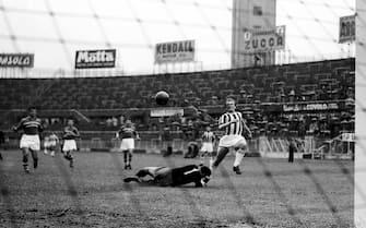 �Silvio Durante/Lapresse Archivio storico Torino 19-06-1955 Juventus-Sampdoria nella foto: il pallonetto di Boniperti scavalca Pin, ma finisce a lato della porta durante la partita di campionato Juventus-Sampdoria terminata 2-2 NEG- 77672