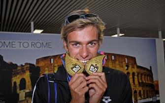 Il rientro a Roma dagli Europei di nuoto in Germania.del campione europeo degli 800 e 1500 sl, Gregorio Paltrinieri, il 25 agosto 2014 all'aeroporto di Fiumicino (Roma). ANSA/ TELENEWS