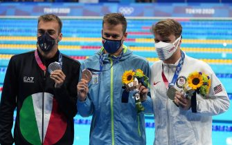 epa09375261 (L-R) Gregorio Paltrinieri of Italy (silver),  Mykhailo Romanchuk of Ukraine (bronze)  and Robert Finke of the US (gold) during the medal ceremony after the Men's 800m Freestyle Final during the Swimming events of the Tokyo 2020 Olympic Games at the Tokyo Aquatics Centre in Tokyo, Japan, 29 July 2021.  EPA/NIC BOTHMA
