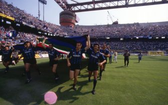 Players of FC Internazionale celebrate winning the league after the Serie A match between FC Internazionale and ACF Fiorentina at San Siro stadium on June 25, 1989 in Milan, Italy.
