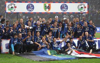 """The Inter Milan team celebrate the """"Scudetto"""", the Major league Italian Championship at San Siro Stadium in Milan, on May 18, 2008.  AFP PHOTO / LUCA GHIDONI (Photo credit should read LUCA GHIDONI/AFP via Getty Images)"""