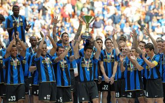 """Inter Milan's Portuguese midfielder Luis Figo lifts the trophy to celebrate the 17th Italian serie A football championship, """"scudetto"""", at the end of the Serie A football match Inter Milan vs Atalanta at San Siro Stadium in Milan on May 31, 2009. AFP PHOTO / GIUSEPPE CACACE (Photo credit should read GIUSEPPE CACACE/AFP via Getty Images)"""