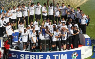 SIENA, ITALY - MAY 16:  Inter Milan players celebrate taking the Serie A Scudetto after their win over AC Siena at Stadio Artemio Franchi on May 16, 2010 in Siena, Italy.  (Photo by Gabriele Maltinti/Getty Images)