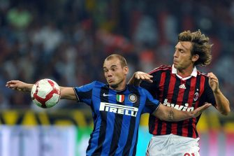 Inter Milan's Dutch midfielder Wesley Sneijder (L) challenges for the ball with AC Milan's midfielder Andrea Pirlo (R) during their Serie A football match AC Milan vs Inter Milan at San Siro Stadium in Milan on August 29, 2009. AFP PHOTO / GIUSEPPE CACACE (Photo credit should read GIUSEPPE CACACE/AFP via Getty Images)