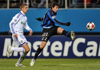 Diego Milito of FC Inter Milan (R) fights for a ball with Yevgen Khacheridi of Dynamo Kiev during a UEFA Champions League, Group F football match in Kiev on November 4, 2009. Milan won 2-1. AFP PHOTO/ SERGEI SUPINSKY (Photo credit should read SERGEI SUPINSKY/AFP via Getty Images)